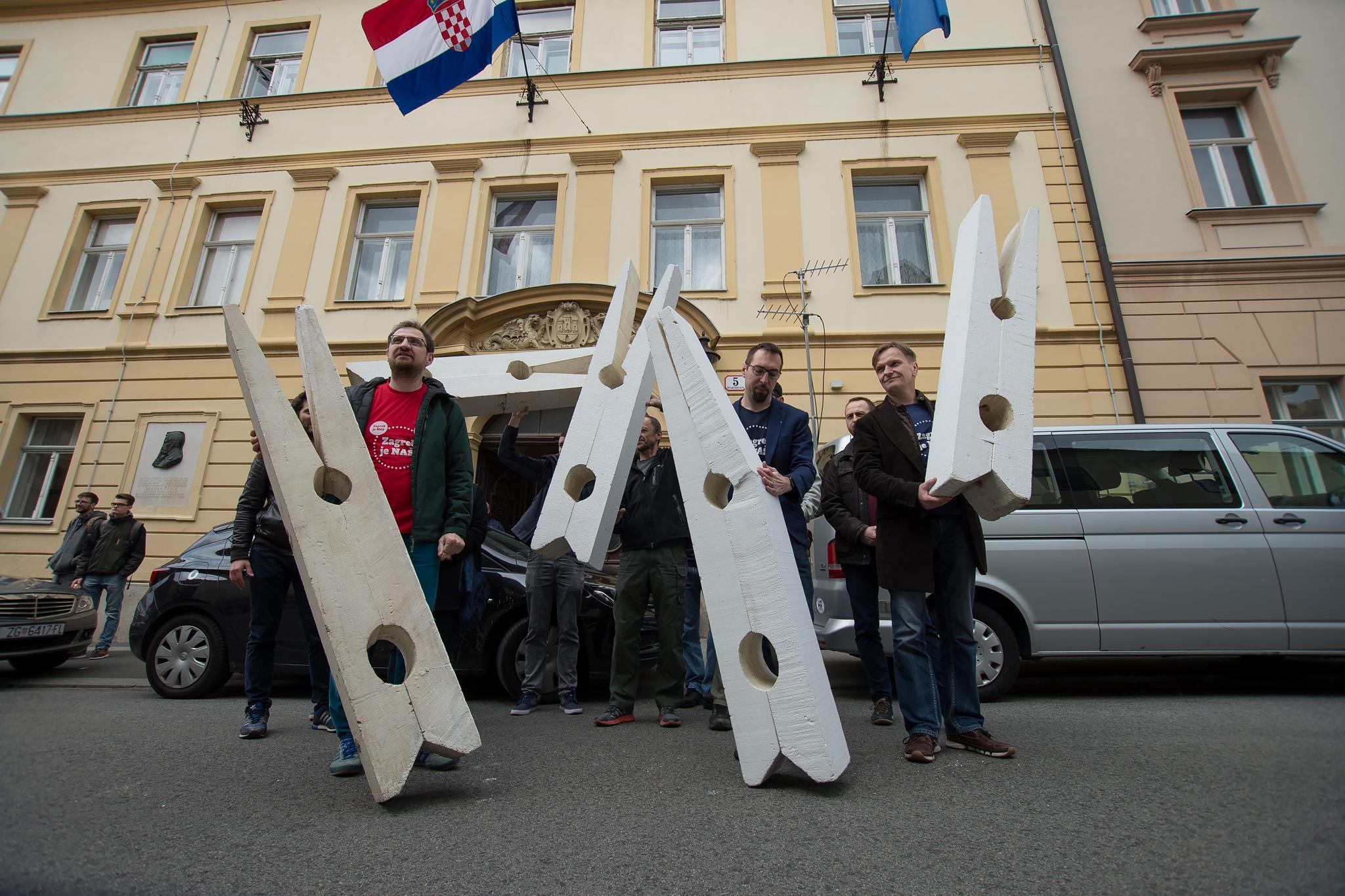 Ispred Gradske skupštine s velikim kvačicama ukazali smo na problem smrada s Jakuševca i ponudili rješenja za pitanje odlaganja otpada